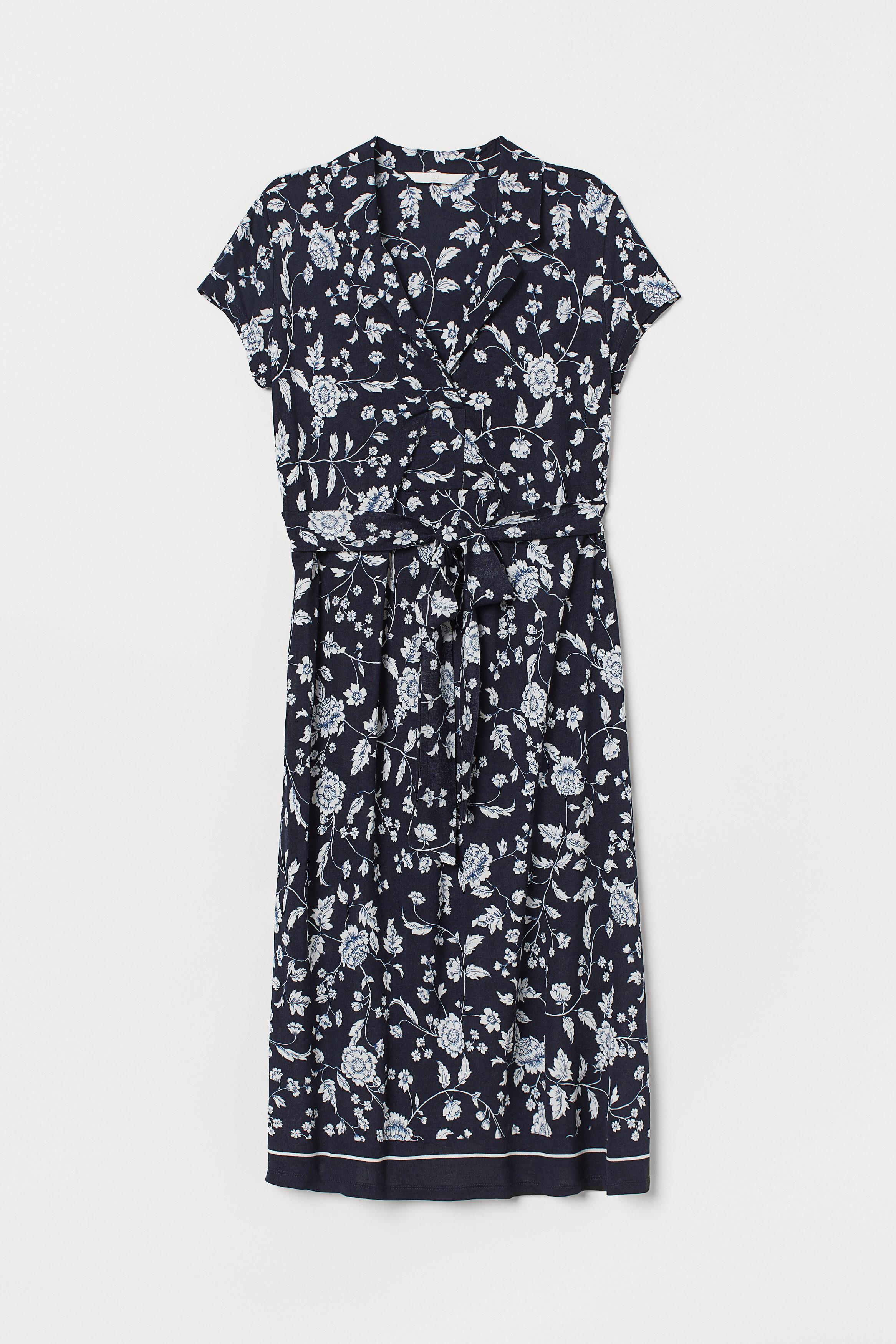 Mörkblå. En knälång klänning i viskostrikå. Klänningen är